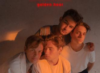 """Review: Autorin Emilia findet, dass das Jeremias Debüt-Album """"golden hour"""" von Leichtigkeit nur so durchzogen ist."""
